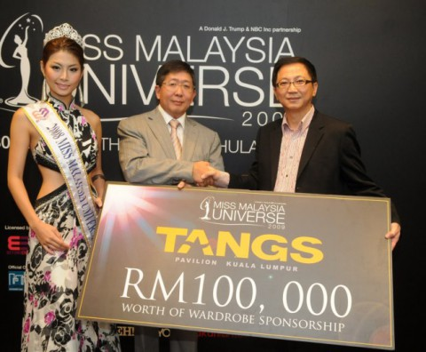 James Loke from Tangs presenting Heah Sieu Lay with his mock sponsorship cheque while Ms Msia Universe 2008 Levy Li looks on